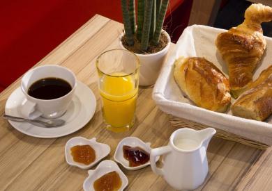 Hôtel Auguste - Salle du Petit déjeuner gourmandautour d'un buffet varié